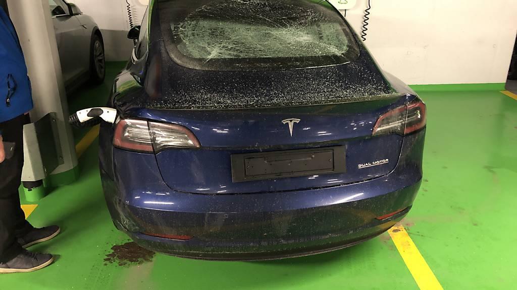 Eines der 74 Fahrzeuge, die in einem Parkhaus in Täsch VS beschädigt wurden.