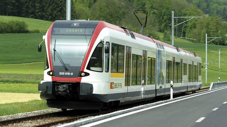 Die Seetalbahn hier unterwegs in Richtung Luzern, soll Touristen ins Seetal bringen.