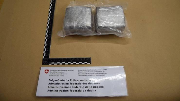 Zudem wurden auch Päckchen mit ingesamt neun Kilogramm CBD Haschisch in einem Auto entdeckt.