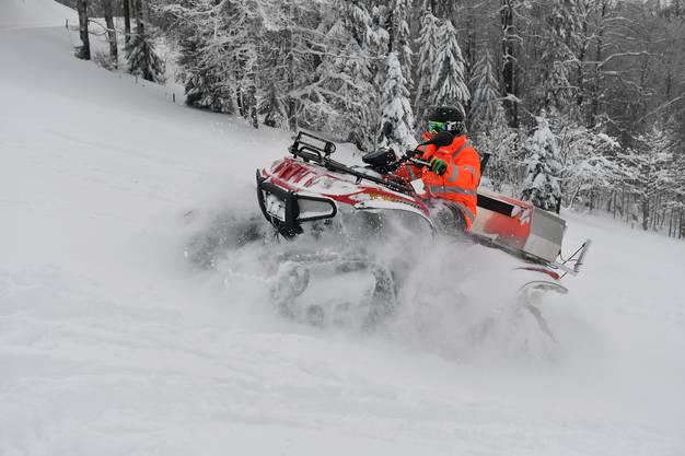 Mit dem Schneetöff präpariert Luca Rauber die Piste dort, wo das Pistenfahrzeug nicht durchkommt, weil es zu breit ist.
