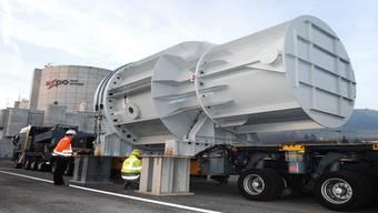 Der Reaktordruckbehälterdeckel wird auf Elefantenbeine abgestellt.