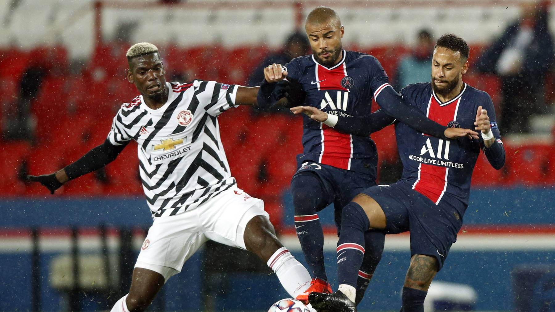 Paul Pogba behauptet sich gegen Rafinha und Neymar.