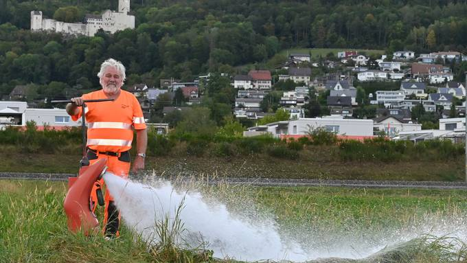 Brunnenmeister Roland Straub beim Spühlen eines Hydranten.