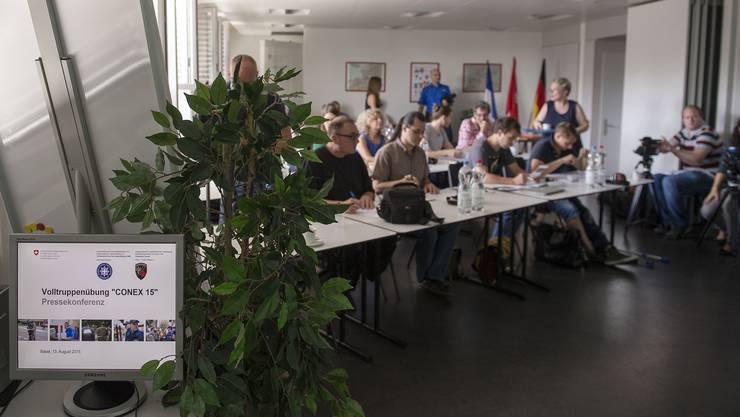 Gut 20 Journalisten aus drei Ländern verfolgten die Medienkonferenz. Ihre Fragen blieben grösstenteils offen.