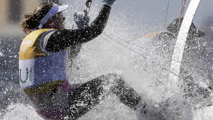 Nathalie Brugger (im Bild) arbeitet sich auf dem Nacra 17 mit Matias Bühler vor dem Medal Race auf den 6. Rang vor