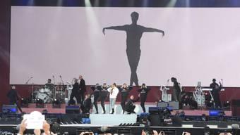 US-Sängerin Ariana Grande (in der weissen Jacke) am Benefizkonzert in Manchester.