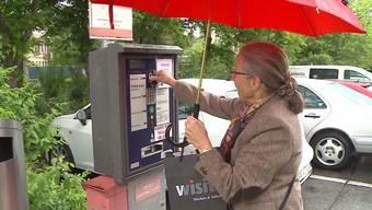 Kantonsspital Baden: Eine Frau zahlt Parkgebühren, die seit kurzem markant höher sind.