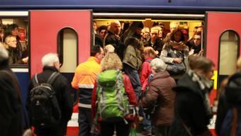 Grosser Andrang auf eine S-Bahn.
