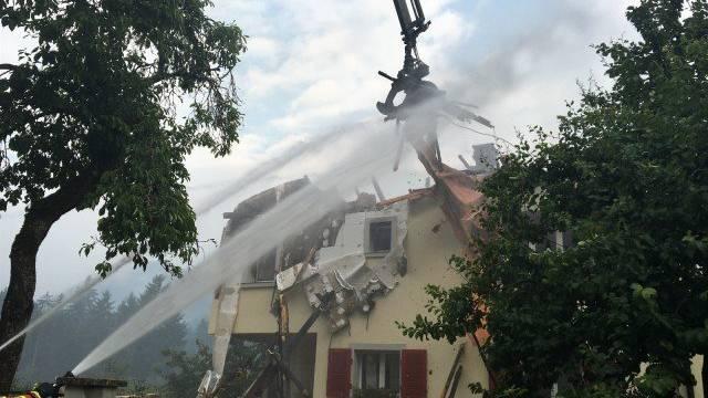 Ein Wohnhaus ist ausgebrannt, die Schreinerei und ein weiteres Wohnhaus wurden stark beschädigt.