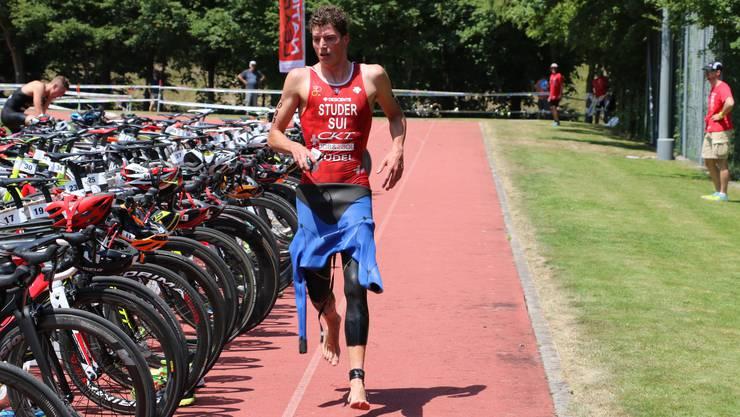 Vom Schwimmen gehts aufs Rennrad: Profi-Triathlet Max Studer in der Wechselzone.