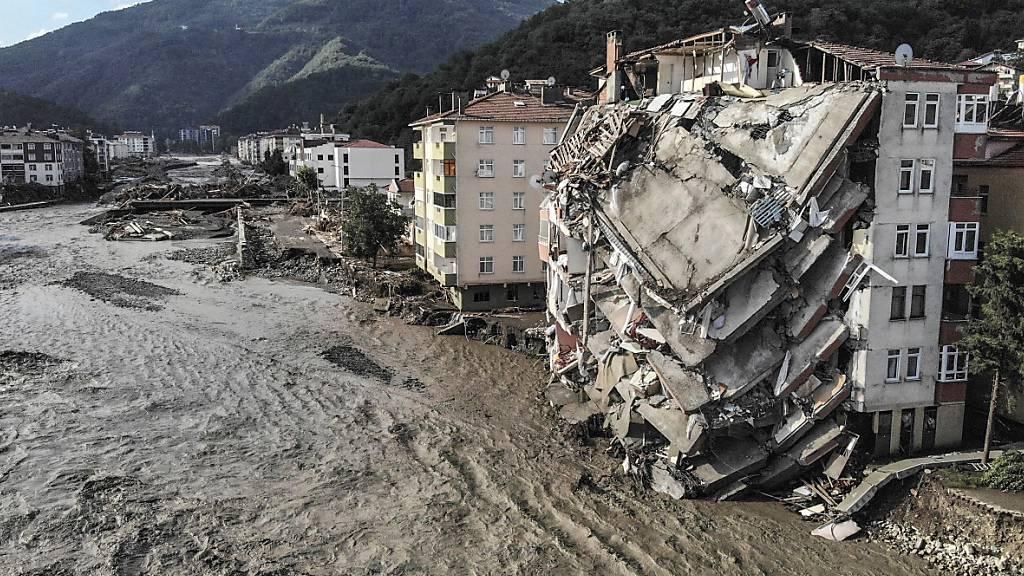 Ein Luftbild zeigt zerstörte Gebäude nach Überschwemmungen und Schlammlawinen. Foto: Ismail Coskun/IHA/AP/dpa