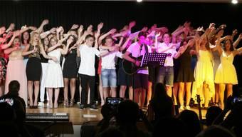 Die Austretenden der Kreisschule MIttelgösgen, die das Jubiläumsfest im Herbst massgeblich mitgetragen hatten, gaben an ihrer Schulschlussfeier diverse Lieder, Tänze und einen Sketch zum Besten.
