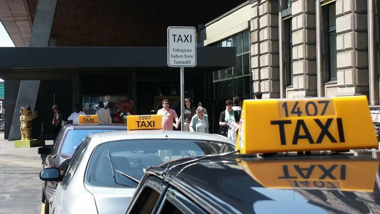 Beim Aussteigen zückte der Angreifer einen Reizspray, doch er hatte die Rechnung ohne den Taxifahrer gemacht.