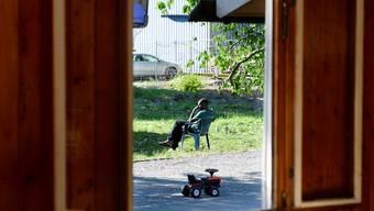 Blick durchs Fenster eines Zimmers im Asylzentrum Juch.