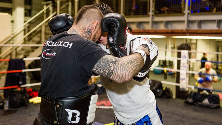 Der Schlieremer Thaiboxer Getuard Racaj beim Training.