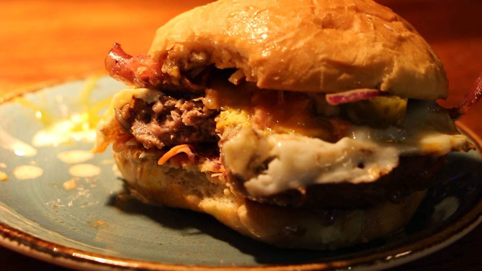 Tadaaa - Der Argovia Fäscht Burger ist kreiert! (© Radio Argovia)