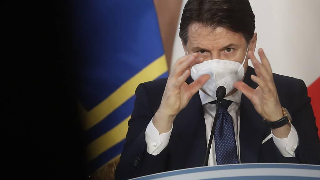 ARCHIV - Giuseppe Conte, Ministerpräsident von Italien,  bei einer Pressekonferenz Ende Dezember. Steht sein Bündnis vor dem Aus? Foto: Andrew Medichini/AP/dpa