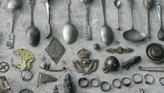 Ausbeute von Mudlarking in der Themse. Suchen nach historischen Relikten im Schlamm des Themseufers ist in Mode. Ausgeübt wird Mudlarking seit dem 18. Jahrhundert, damals vor allem von armen Leuten. Zu finden gibt es genug: Die Themse war schon zur Zeit der Römer ein Müllablageplatz. (Pinterest)