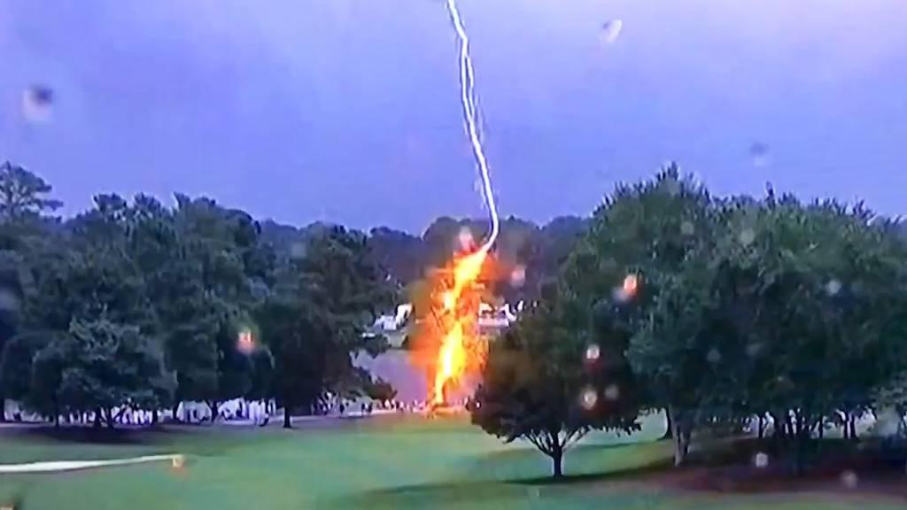 Blitz schlägt während Golfturnier ein