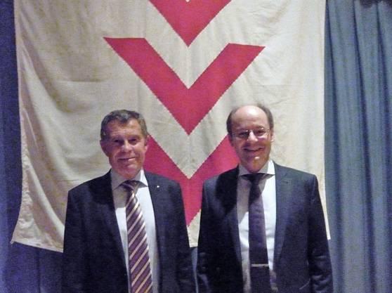 Regierungsrat Ernst Stocker und SVP-Kantonsrat Diego Bonato vor dem Aescher Wappen