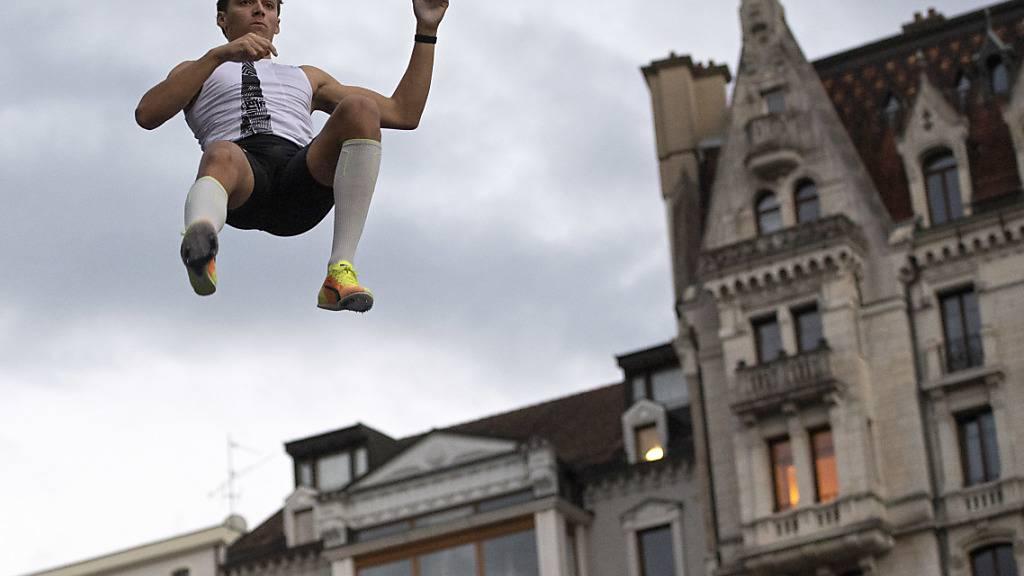 Duplantis schient über die Dächer von Lausanne zu fliegen.