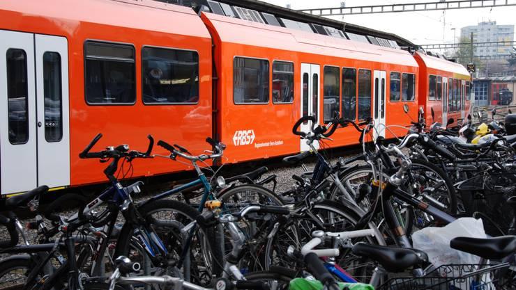 Ein Zug des RBS am Bahnhof Solothurn.