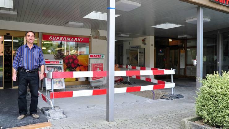 Roni Bürgi vor seinem Spar-Laden in Kestenholz, die Bauabschrankung markiert die geplante Verlängerung des Ladenlokals.