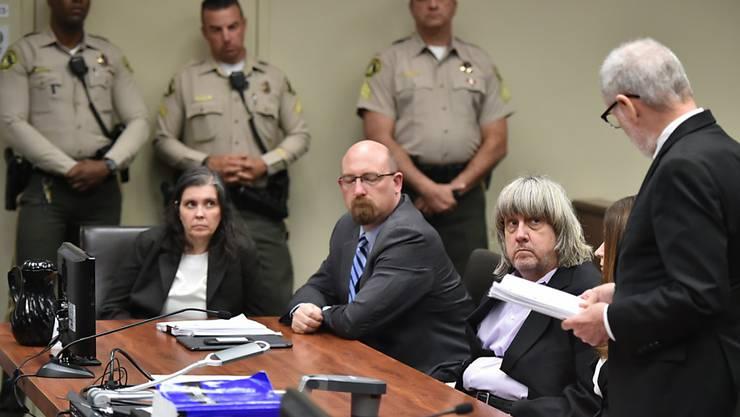 Sollen ihre 13 Kinder gefoltert haben: Mutter und Vater (zweiter von links) beim Gerichtstermin am Donnerstag im kalifornischen Riverside.
