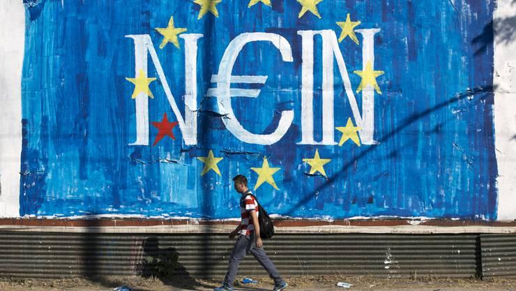 Auf Deutsch «Nein», auf Griechisch aber «Ja, in»: Griechen erhalten weiterhin Geld von der EZB.