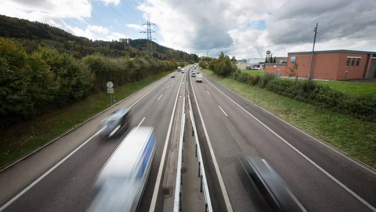 Autobahn A1 bei Suhr. Verkehr, Autobahn, Autos, Lastwagen, Stau