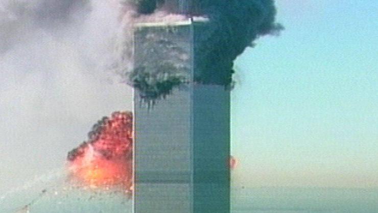 Das zweite Flugzeug crasht in das World Trade Center.