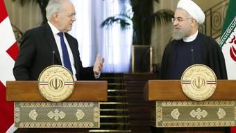 Bundespräsident Schneider-Ammann traf bei seinem Besuch im Iran mit den vier wichtigsten Führungspersönlichkeiten des Landes zusammen. Hier im Bild am Samstag mit dem iranischen Präsidenten Hassan Rohani. Am Sonntag hielt er eine Rede vor Studenten an der Universität Teheran. (Archiv)