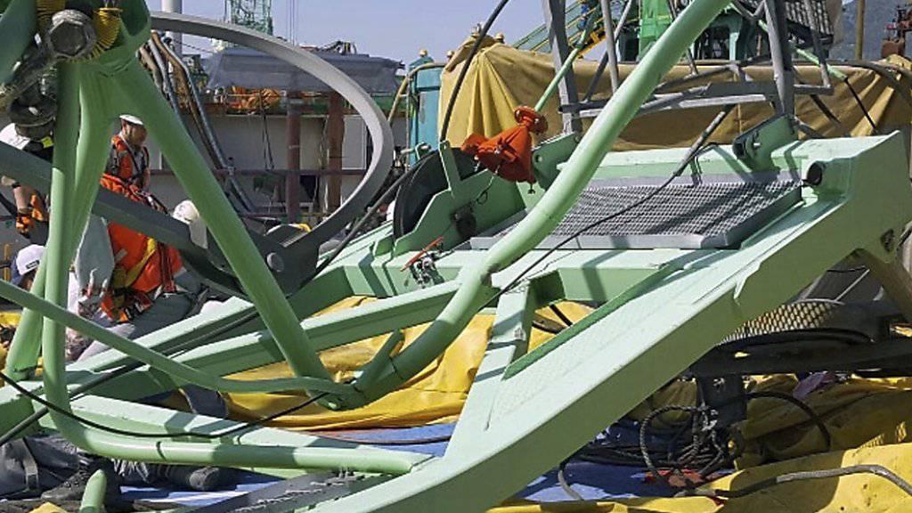 Bei einem Kranunglück auf einer südkoreanischen Schiffswerft ist ein Kranteil auf eine Ruhezone für Arbeiter gestürzt - sechs Arbeiter wurden getötet.