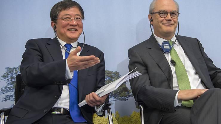 Ren Jianxin, neuer Präsident bei Syngenta und sein Vize Michel Demaré sehen den Basler Agrochemiekonzern auf Wachstumskurs. Die Übernahme sei im Interesse der chinesischen Bauern, der Schweiz und der ganzen Welt, verspricht Ren. (Archiv)