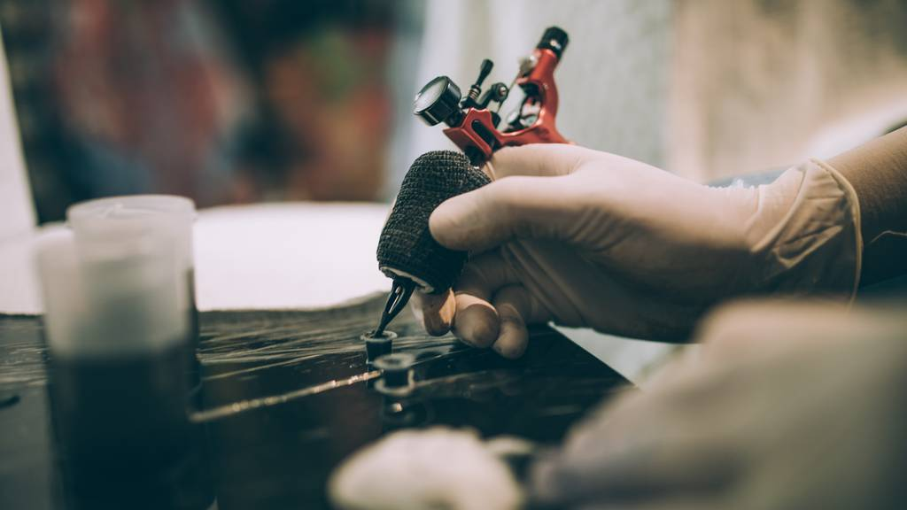 «Erschreckende Bilanz» – viele Tätowierer arbeiten mit Zeichnerfarben