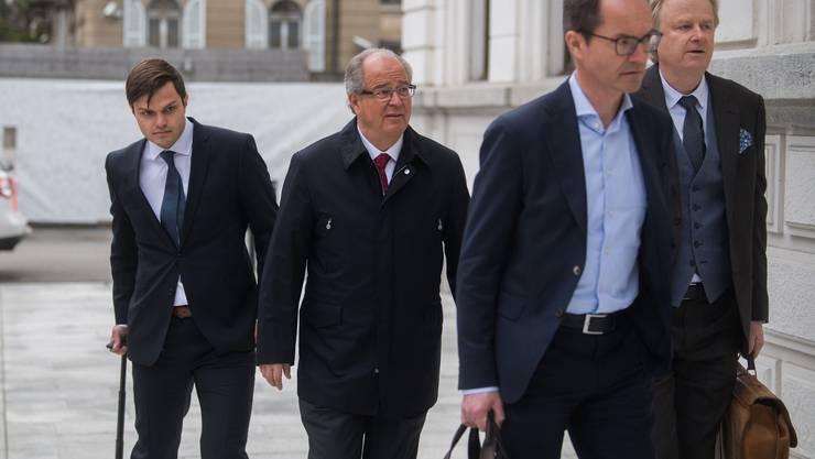 Neben drei ehemaligen Fussballfunktionären aus Deutschland ist auch der frühere Fifa-Generalsekretär Urs Linsi (zweiter von links) angeklagt.