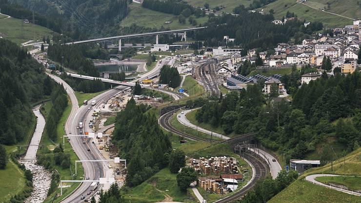 Eine Teilüberbauung der Autobahn A2 soll die Gemeinde Airolo entlasten. Ein entsprechendes Projekt wurde am Montag in Bellinzona vorgestellt.