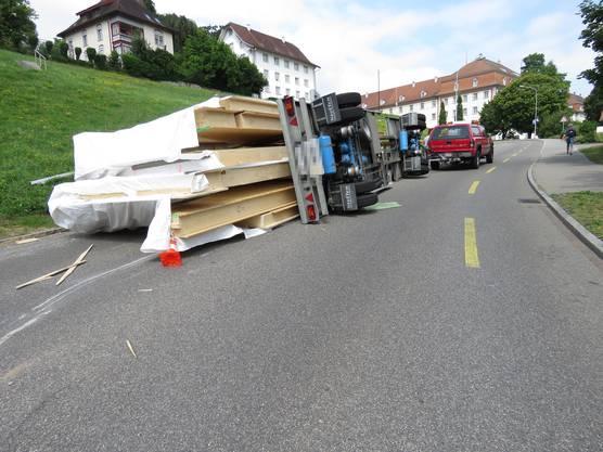 Muri, 15. Juli: Der Anhänger kippte in einer Kurve um.