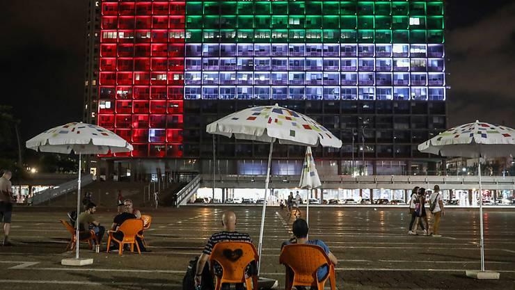 Die beleuchteten Fenster eines Gebäudes in Tel Aviv ergeben die Farben der Nationalflagge der Vereinigten Arabischen Emirate. Foto: Oren Ziv/dpa