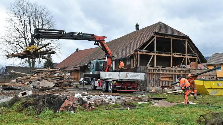 Die Abbrucharbeiten an einem alten Bauernhaus in Härkingen sind der Vorbote einer Überbauung: Bis 2021 entstehen drei Mehrfamilienhäuser.