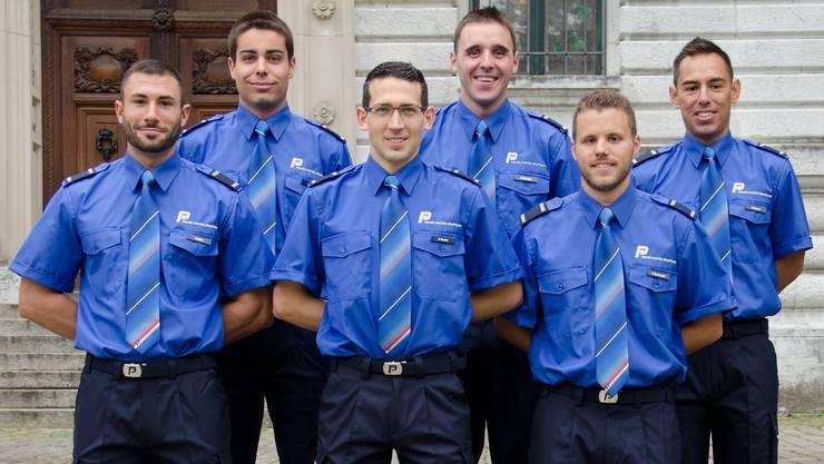 Stramm stehen in der Polizei-Uniform.