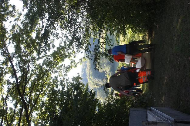 Das Forstteam bringt die Sitzbank an ihren Bestimmungsort.