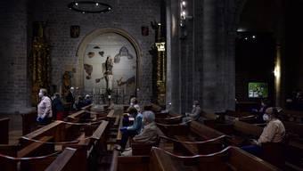 Beten (wie hier in einer Kirche im spanischen Pamplona) hilft nicht immer. Über 3000 spanische Familien ziehen jetzt vor Gericht, um die Coronakrise zu verarbeiten. (Bild: Keystone)