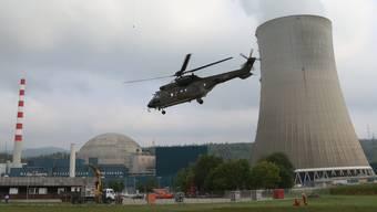 Der Helikopter der Schweizer Luftwaffe bringt Material zum AKW Gösgen.