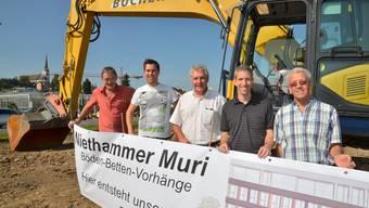 Bereit zum Spatenstich für das Ärztezentrum: Bauherren Walter und Christoph Niethammer, Jörg und Philipp Hüsser, Architekten, und Tiefbauunternehmer Franz Bucher (von rechts).