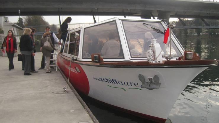 Die Passagieren gehen an Bord