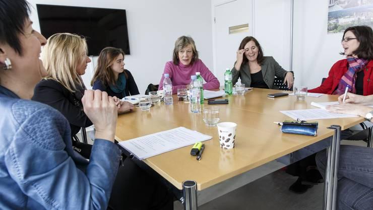 In Debattierlaune (vl.): Sandra Kolly (CVP), Sibylle               Jeker (SVP), Julia Hostettler (Junge Grüne), Marguerite Misteli (Grüne), Franziska Roth (SP) und Anita Panzer (FDP).