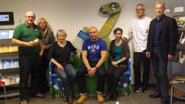 Isidor Bürgi (Trivet), Gattin Rita Bürgi, Monika Hüsser, Rainer Benz, Andrea Oettl, Markus Kunz (Café Kunz) und Markus Stihl mit dem Prototypen der Dino-Sitzbank in Frick.