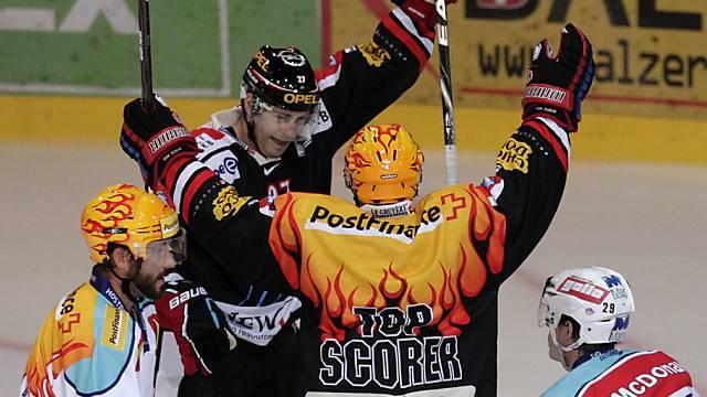 Mike Knoepfli (hinten) jubelt über einen seiner Treffer