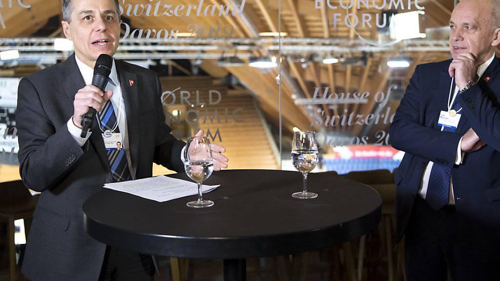 """""""Davos ist der Ort, wo sich die Welt trifft"""", sagte Aussenminister Ignazio Cassis (links) an der Eröffnung des """"House of Switzerland"""". Die Vertreter """"dieser Welt"""" können sich zum ersten Mal im Eishockeystadion in den Räumen des """"House of Switzerland"""" mit der Schweizer Delegation treffen."""